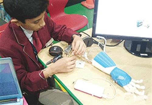 迪拜少年制作3D打印仿生臂 可用精神操控